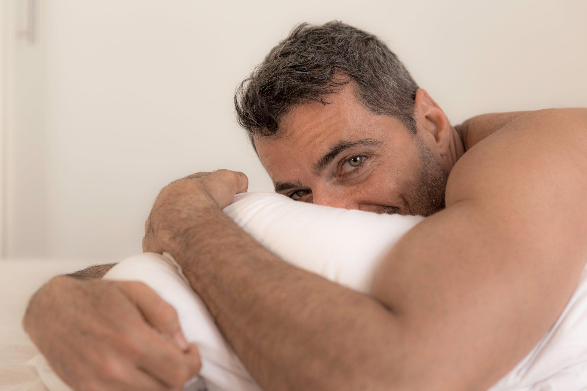 kodėl rytinė erekcija dingsta vyrams senas vyras su didele varpa